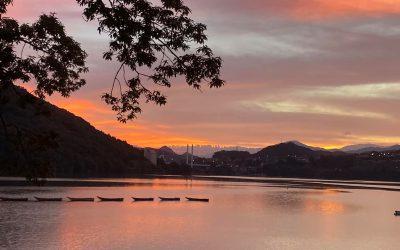 夕焼けに染まる相模湖